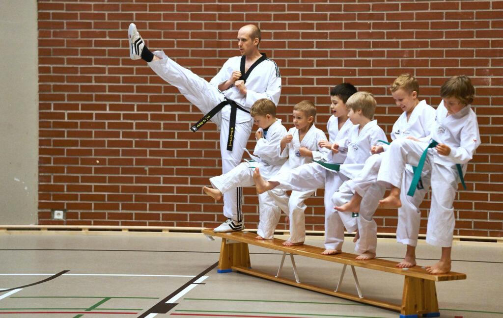 Lapset harjoittelevat etupotkua.