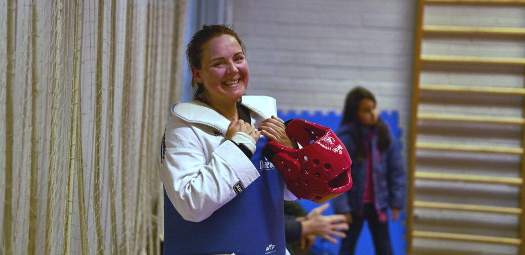 Taekwondoin hymyilee.